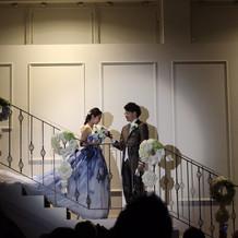 階段の中央で新郎新婦が落ち合うところ