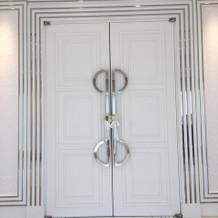 重厚な扉 全体が純白