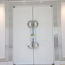 白を基調とした重厚なチャペルの扉