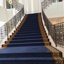 場所を変えて、ロイヤルブルーの階段