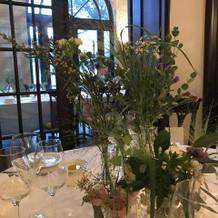 テーブルの装花。