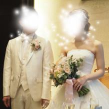白のタキシードとボリュームのあるドレス