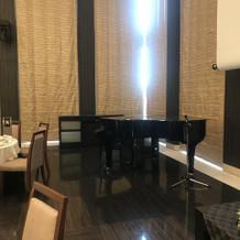 挙式会場にあるピアノで生演奏もできます。