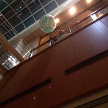 天井が高く開放的な式場です