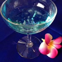 幸せを運ぶブルーのシャンパンで乾杯