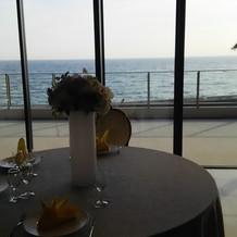 披露宴会場の窓から海が見えます