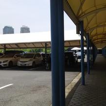 駐車場の一部は屋根付き