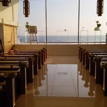 目の前が海の教会