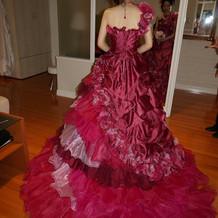 左右のデザインが違うおしゃれなドレス