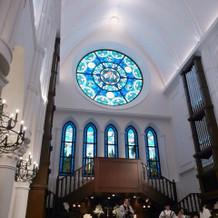 天井が高く、クラシックな雰囲気のチャペル
