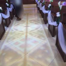 ステンドグラスが映る床。綺麗でした。