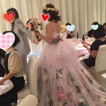ドレスに合わせた母手作りの花冠を着用