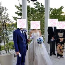 式場の衣装室のタキシードとドレス