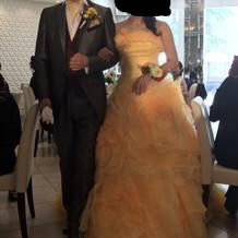 カクテルドレスとタキシード。