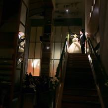 二階から階段を使って再入場