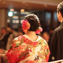 会場の装花と併せた髪飾り