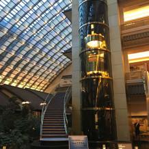 高い天井とエレベーター