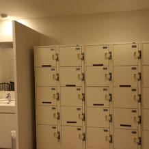 着替え室にはロッカーも完備
