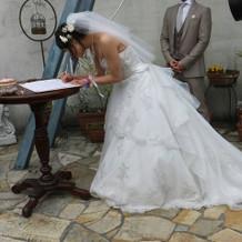 ガーデンセレモニーで婚姻届記入