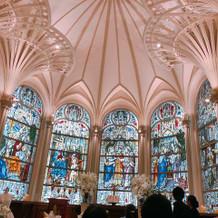 大聖堂内はステンドグラスが印象的です。