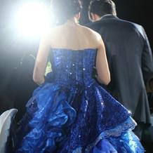 ブルーのスパンコールが入ったカラードレス