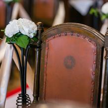 菊の紋章が刻まれたアンティークの椅子