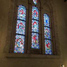 礼拝堂の外にもステンドグラスが沢山。