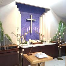 白とグリーンの爽やかな祭壇