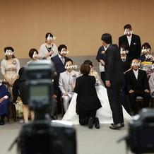 同じ写真室で挙式後に家族写真を撮ります。