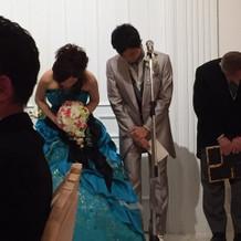 爽やかなターコイズブルーのドレス