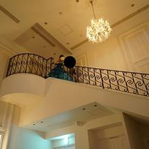 披露宴会場、階段から入場