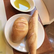 オリーブにも拘って・・お代わり自由のパン