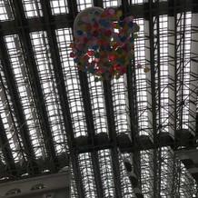 天井から色とりどりのバルーンが!