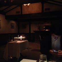 夜の雰囲気の二階の食事処