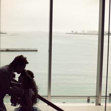 階段は大きな窓から海が見えて素敵です。