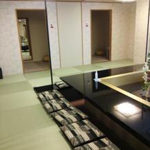 親族控え室。奥に着替える部屋もあるし広い