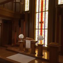 祭壇前が吹き抜けになっていて綺麗でした。
