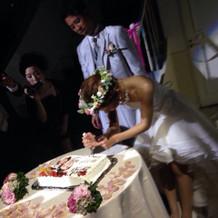 ケーキ入刀に署名のシーン