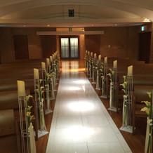 教会の奥から入り口を見た景色