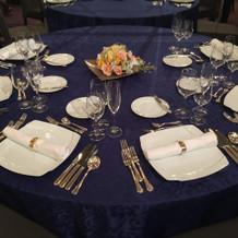 青のテーブルクロス