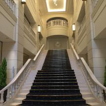 入ってすぐに大階段があります。