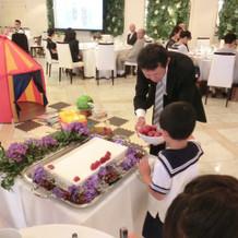 子供ゲストによるケーキトッピング
