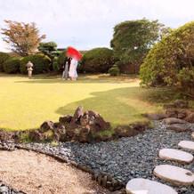親族控室には併設の日本庭園もありました
