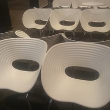 椅子は貝殻をイメージ