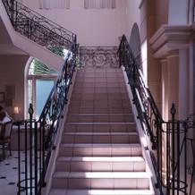 待合スペースに続く階段