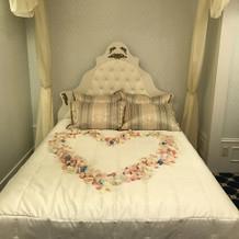 ブライズルームにベッドがあるのもオシャレ