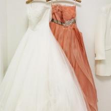 ウェディング ドレスとカラードレス。