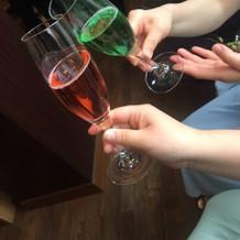 色とりどりのシャンパンでプレ乾杯