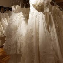 芸能人がデザインしたドレスなどもある