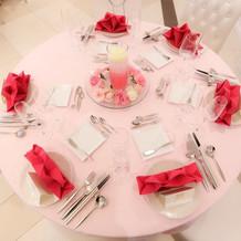 各卓テーブルはピンクで統一しました